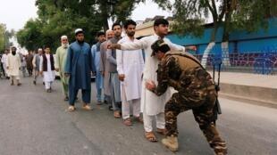 جلالآباد: رای دهندگان تحت بازرسی قرار میگیرند
