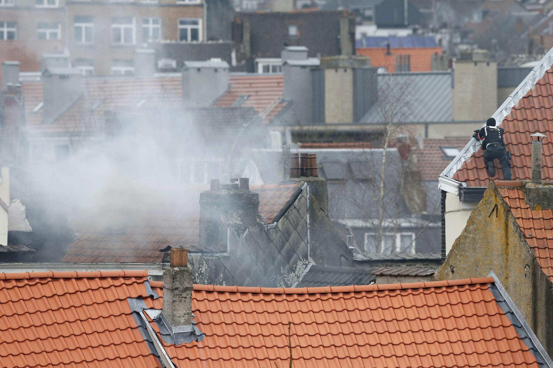Một cảnh sát Bỉ tại nơi xảy ra vụ đấu súng ngày 15/03/2016 ở Forest, ngoại ô Bruxelles.