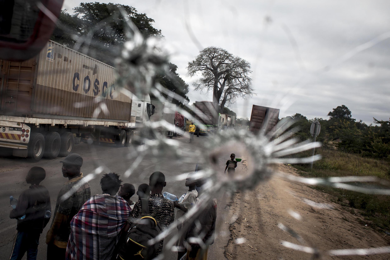 """O presidente de Moçambique, Filipe Nyusi, disse que há """"uma guerra movida por outras pessoas""""."""