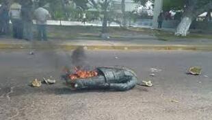 Estátua do antigo Presidente, Hugo Chavez é derrubada e despedaçada durante manifestação  em Rosario  de Perija