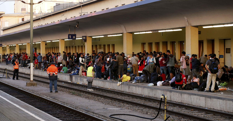 Des employés des chemins de fer sécurisent la voie ferrée dans une gare de l'ouest de Vienne, le 13 septembre 2015. Le trafic ferroviaire entre l'Autriche et l'Allemagne a été suspendu ce dimanche.