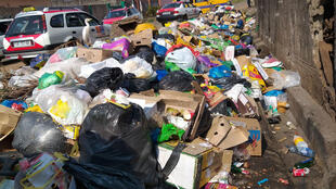 Devant l'école publique de Dragages à Nzeng Ayong dans le 6ème arrondissement de Libreville, les ordures débordent sur la chaussée, le 7 août 2019.