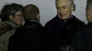Франсис Колломп в окружении близких по прибытии на военный аэродром в Виллакублэ под Парижем 18/11/2013