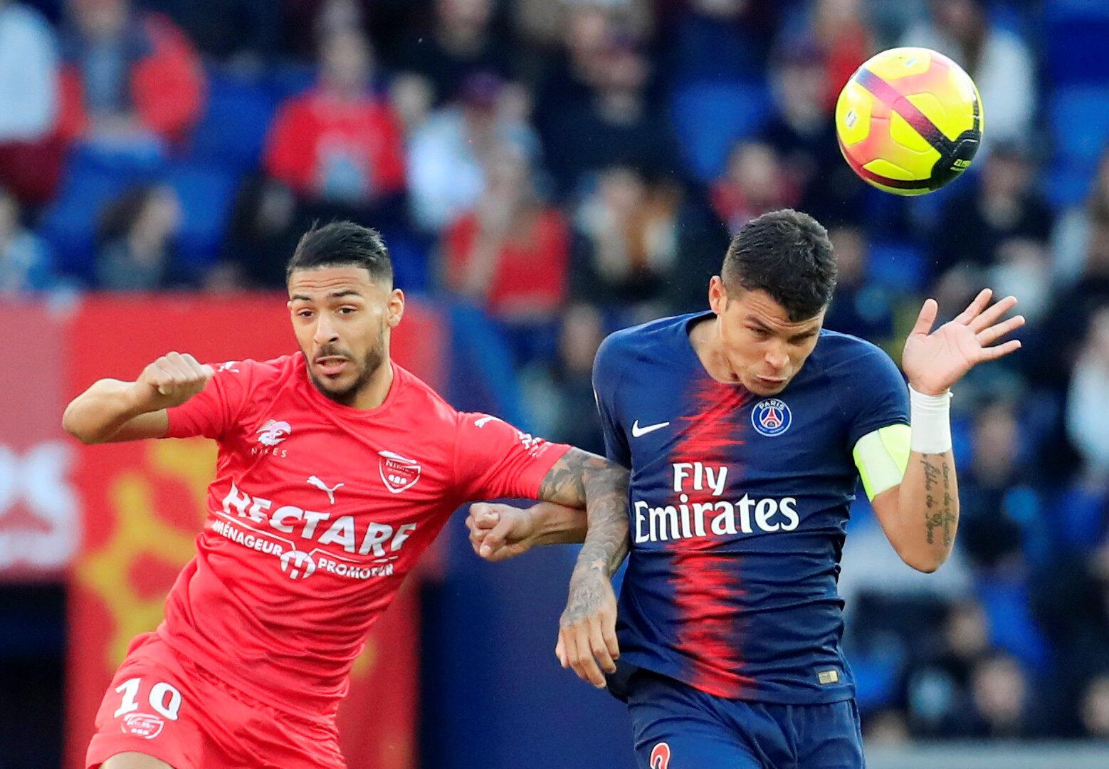 Le Nîmois Denis Bouanga au duel avec le Parisien Thiago Silva, le 23 février 2019.
