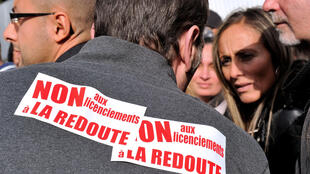 Funcionários da empresa La Redoute durante protesto em frente à empresa em 31 de outubro em Lille, norte da França.