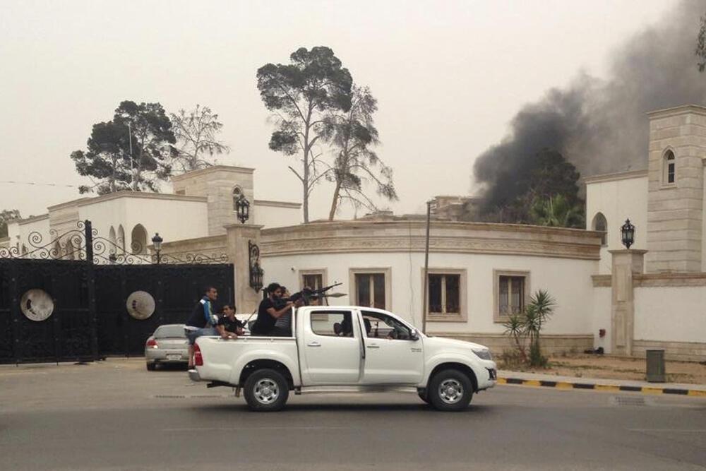 Homens armados invadiram o Parlamento da Líbia neste domingo (18).