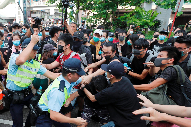 Manifestantes se confrontaram com a polícia em Hong Kong