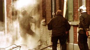 Le 29 mars 1996, un homme du Raid s'apprête à pénétrer au 59 de la rue Carette à Roubaix, domicile de quatre membres du «Gang de Roubaix».