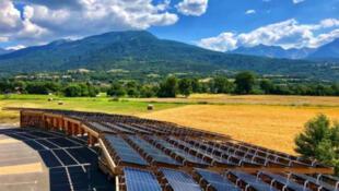 L'ombrière photovoltaïque de Baratier dans les Hautes-Alpes