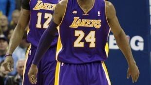 Kobe Bryant et Dwight Howard (au second plan) lors d'un match des Lakers.