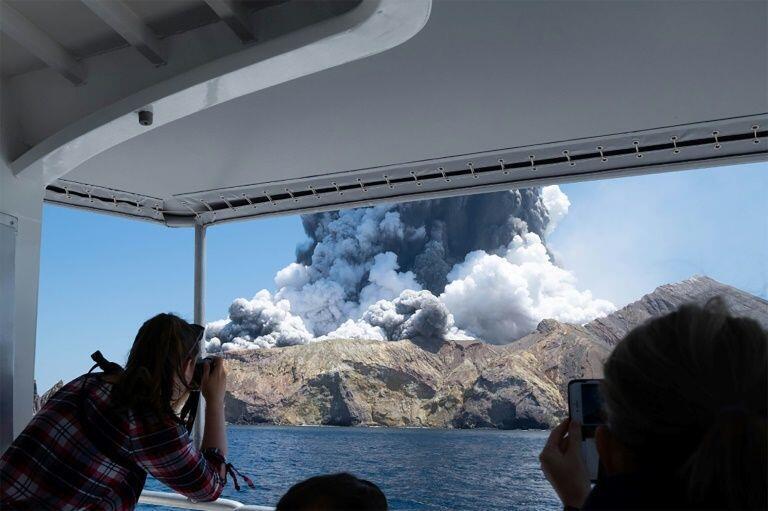 Tsibirin White Island a kasar New Zealand, inda tsauni yayi aman wuta na bazata.