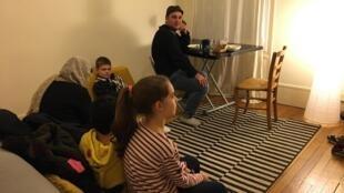 Un couple afghan reçu chez Beatrice et ses enfants.