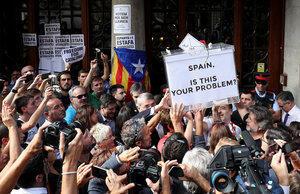 A detenção do secretário da Economia da Catalunha levou centenas de militantes pró-independência a protestar diante do prédio da secretaria, em Barcelona.