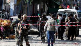 Les forces de sécurité afghanes inspectent le site où s'est produit un attentat-suicide près d'une mosquée chiite à Kaboul. Afghanistan, le 29 septembre 2017.