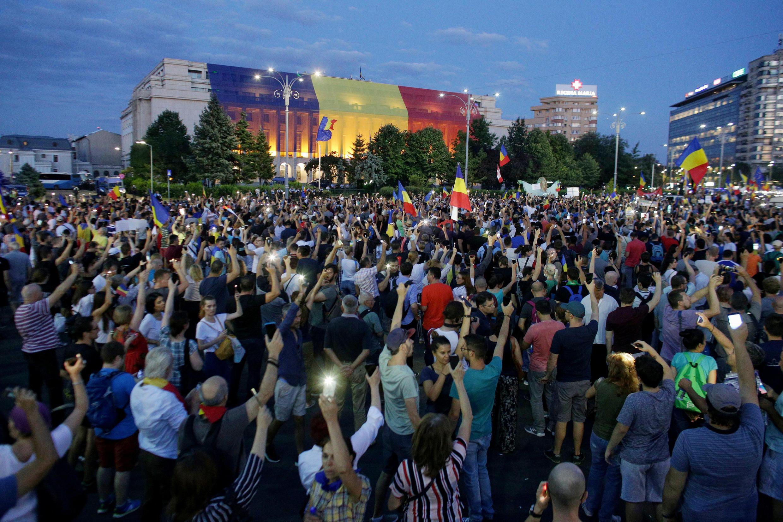Hàng chục ngàn người Rumani tuần hành trên đường phố Bucarest đòi giải tán chính phủ, ngày 11/08/2018.
