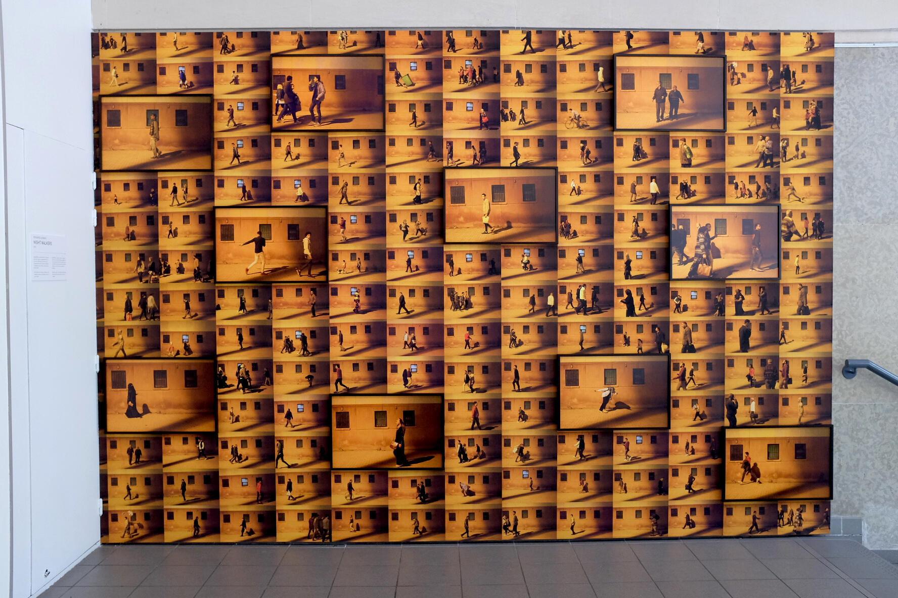 « Night Walkers », photographies de Mohamed Anwar ; prise de vue dans l'exposition « Hakawi » à la Cité internationale des arts, Paris.