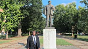 Calvin Woods, 83 ans, devant la statue de Martin Luther King, dans le Parc Kelly Ingram, a participé ici, en 1963, aux manifestations non violentes de Birmingham.