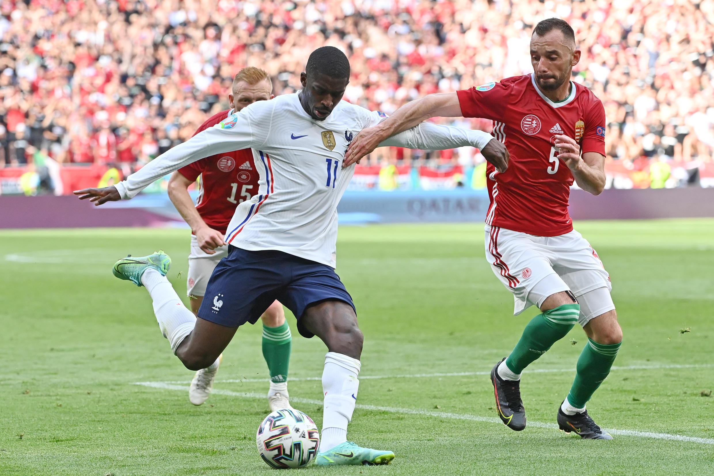 Ousmane Dembélé (France) et Attila Fiola (Hongrie), lors du match de l'Euro, le 19 juin 2021, à Budapest.