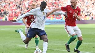 Ousmane Dembelé se dispone a chutar ante Attila Fiola durante el partido de la Eurocopa disputado entre Hungría y Francia el 19 de junio de 2021 en Budapest