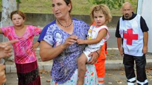 Recensement de Roms par un employé de la Croix-Rouge, dans un camp illégal, installé dans la périphérie de Rome, en Italie.