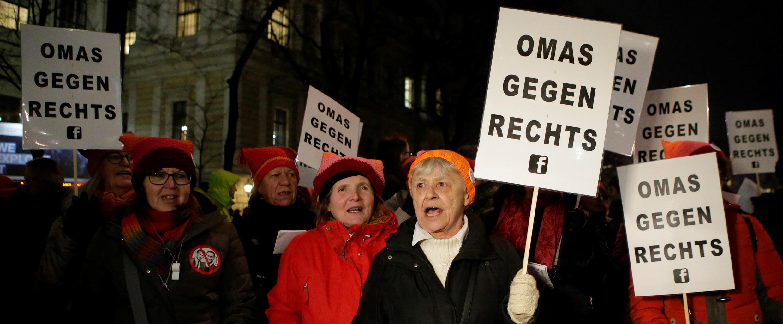 Des manifestantes en bonnet de laine rose tiennent des pancartes sur lesquelles on peut lire «Les mamies contre l'extrême droite», lors d'un rassemblement contre le bal annuel organisé par le parti d'extrême droite FPÖ, à Vienne, le 26 janvier 2018.