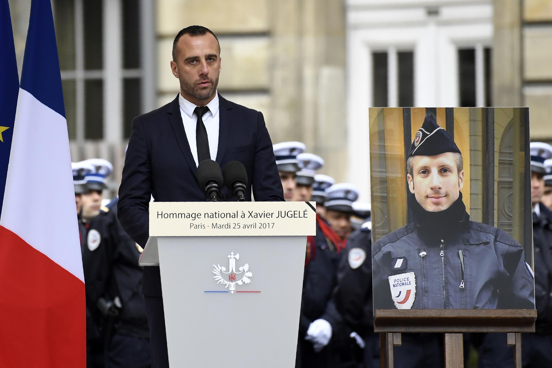 На фото: Этьен Кардилес на церемонии прощания со своим гражданским супругом Ксавье Жюжеле в префектуре полиции Парижа. 25.04.2017