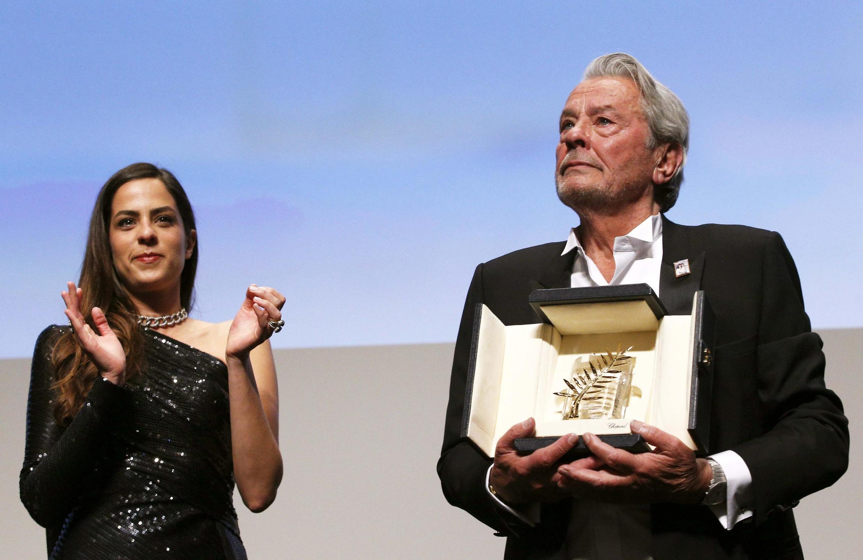 Tài tử Pháp Alain Delon (P) nhận Cành Cọ Vàng danh dự của Liên hoan điện ảnh Cannes 2019, bên cạnh là con gái Anouchka.