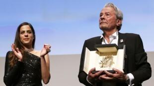 L'acteur français Alain Delon reçoit une palme d'or du festival de Cannes, décernée par sa fille Anouchka.