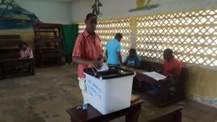Bureau de vote à l'école publique Akebe 2 dans le 4ème arrondissement de Libreville, le 27 octobre 2018.