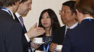 中国财政部副部长史耀斌与参加筹建亚投行第五次会议的谈判代表交谈。