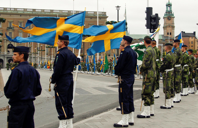 Đại diện các binh chủng quân đội Thụy Điển tại sân trước Cung Điện Hoàng Gia, Stockholm. Ảnh chụp ngày 18/06/2010.