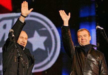 លោកនាយករដ្ឋមន្ត្រីរុស្ស៊ី Vladimir Poutine (ឆ្វេង) et ប្រធានាធិបតី Dmitri Medvedev (ស្តាំ)