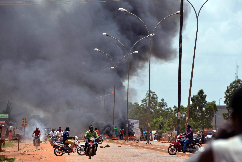 Des habitants de Ouagadougou ont installé des barrages dans les rues de la capitale après l'annonce du coup d'Etat, le 17 septembre 2015.