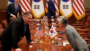 Ngoại trưởng Mỹ Mike Pompeo (T) và đồng nhiệm Hàn Quốc Kang Kyung Wha tại phủ tổng thống Hàn Quốc, Seoul, ngày 30/06/2019.