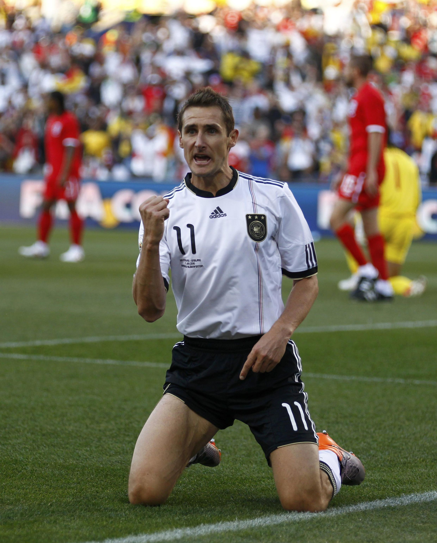 L'Allemand Klose premier buteur contre l'Angleterre.