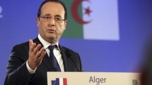 到访阿尔及尔的法国总统奥朗德在阿尔及尔召开记者招待会。他在会上表达了法国希望与阿方恢复平等互利关系的愿望