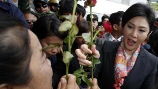 泰國看守總理英拉離開泰國國防部,2014年5月7日。