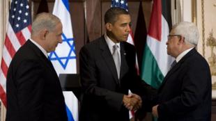 Le Premier ministre israélien, Benyamin Netanyahu (g), le président américain, Barack Obama (c) et le président palestinien, Mahmoud Abbas (d), à New York, le 22 septembre 2009.