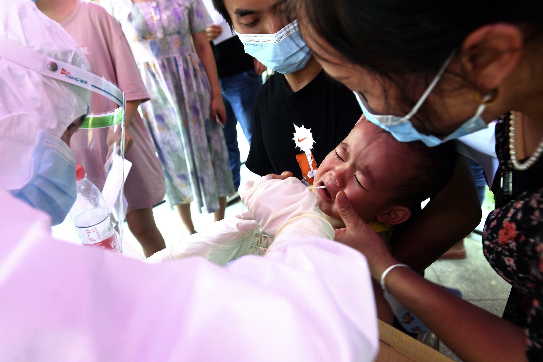 8月3日武汉一小区内居民检测筛查。