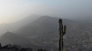 Lima, la capital peruana, bajo una nube de contaminación.