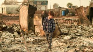 Un niño camina sobre los restos de su casa calcinada en Paradise, California, el 18 de noviembre de 2018.