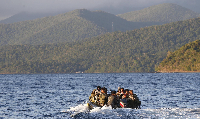 """Lính hải quân Philippines ở khu vực Bãi Cỏ Mây. Indonesia đang đòi hỏi Trung Quốc làm rõ """"đường 9 đoạn"""" tại Biển Đông."""