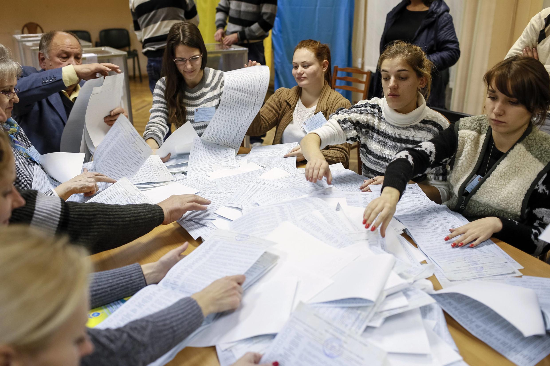 Kiểm phiếu bầu cử tại Kiev ngày 26/10/2014.
