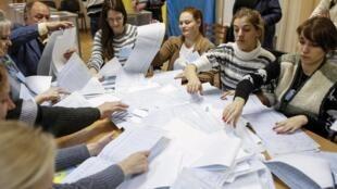 Conteo de votos en Kiev, este 26 de octubre de 2014.