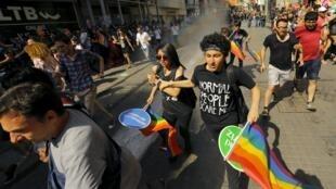 Polícia turca usou gás lacrimogêneo e balas de borracha para dispersar manifestantes em Istambul.