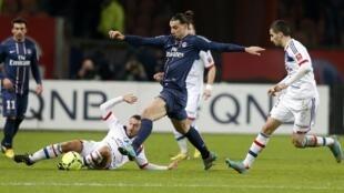 Le Parisien Zlatan Ibrahimovic (au centre) face à Lyon.