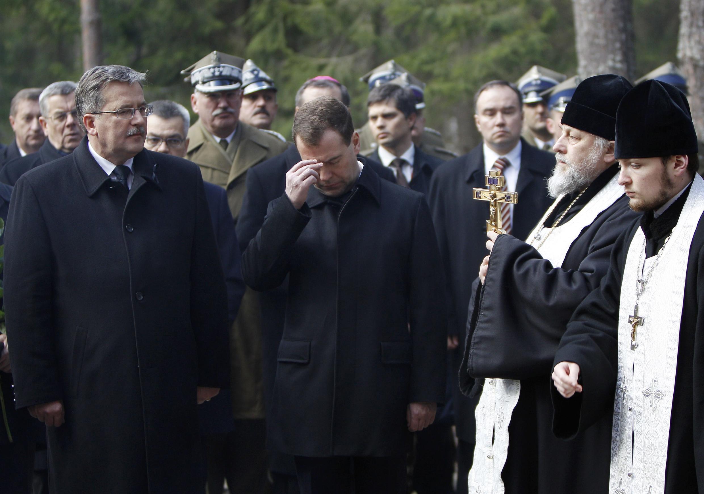Президент Польши Б.Коморовски (слева) и президент России Д. Медведев на церемонии в мемориальном комплексе в Катыни 11 апреля 2011 г.