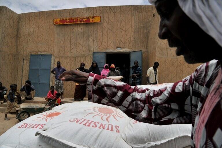 Ici, à Gao dans le nord du Mali, la Croix-Rouge distribue des denrées alimentaires en prévision du mois de ramadan.