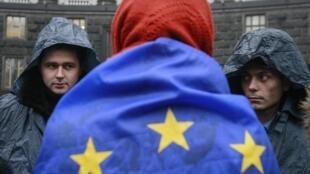 Un partisan du rapprochement de l'Ukraine avec l'Union européenne devant le bâtiment des ministères ukrainiens à Kiev, le 25 novembre 2013.