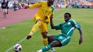 Taye Taiwo (d) et les Nigérians iront au Mondial 2010.